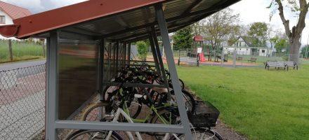 Nowa wiata rowerowa w szkole przy budynku w Nowej Wsi Ujskiej